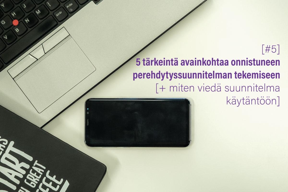 puhelin, läppäri ja vihko sekä teksti 5 tärkeintä avainkohtaa onnistuneen perehdytyssuunnitelman tekemiseen